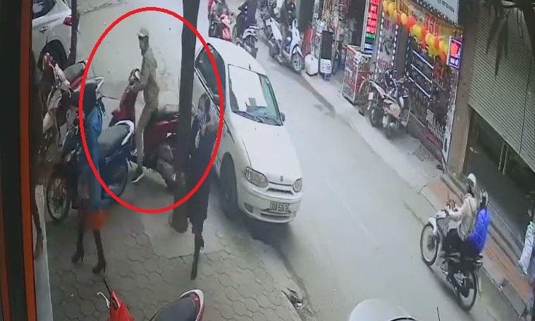 Tên trộm ngang nhiên bẻ khóa xe máy trước mặt nhiều người