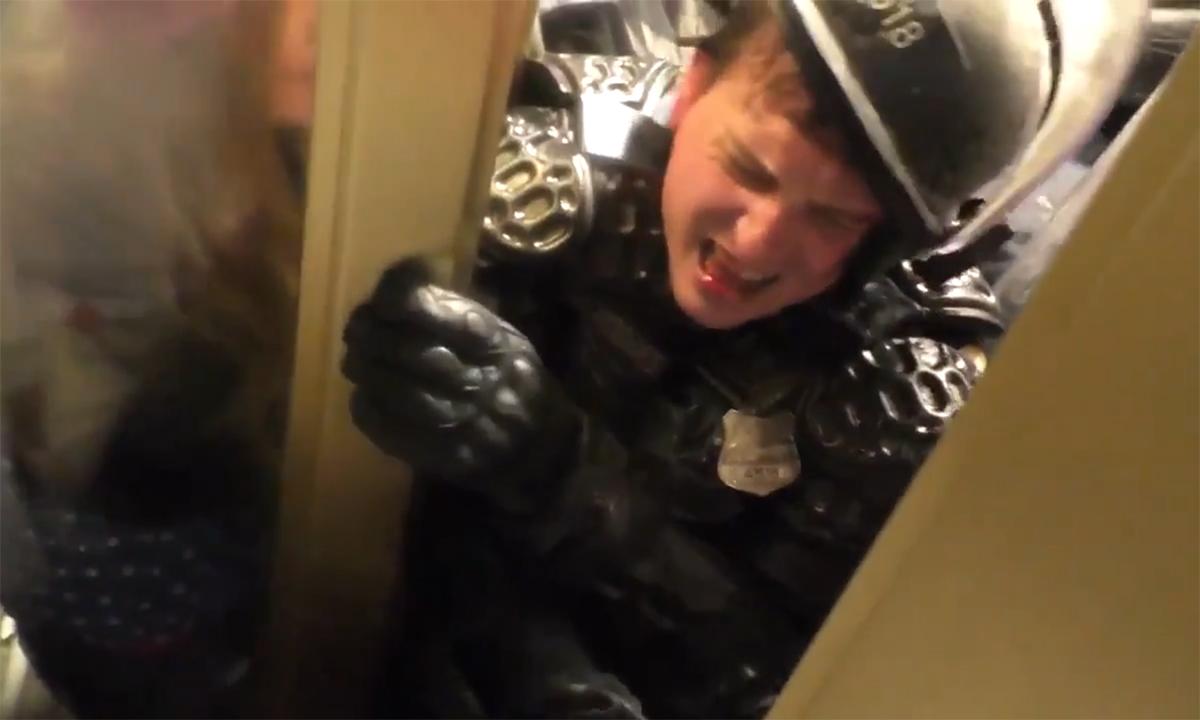 Người biểu tình 'ép bẹp' cảnh sát quốc hội Mỹ