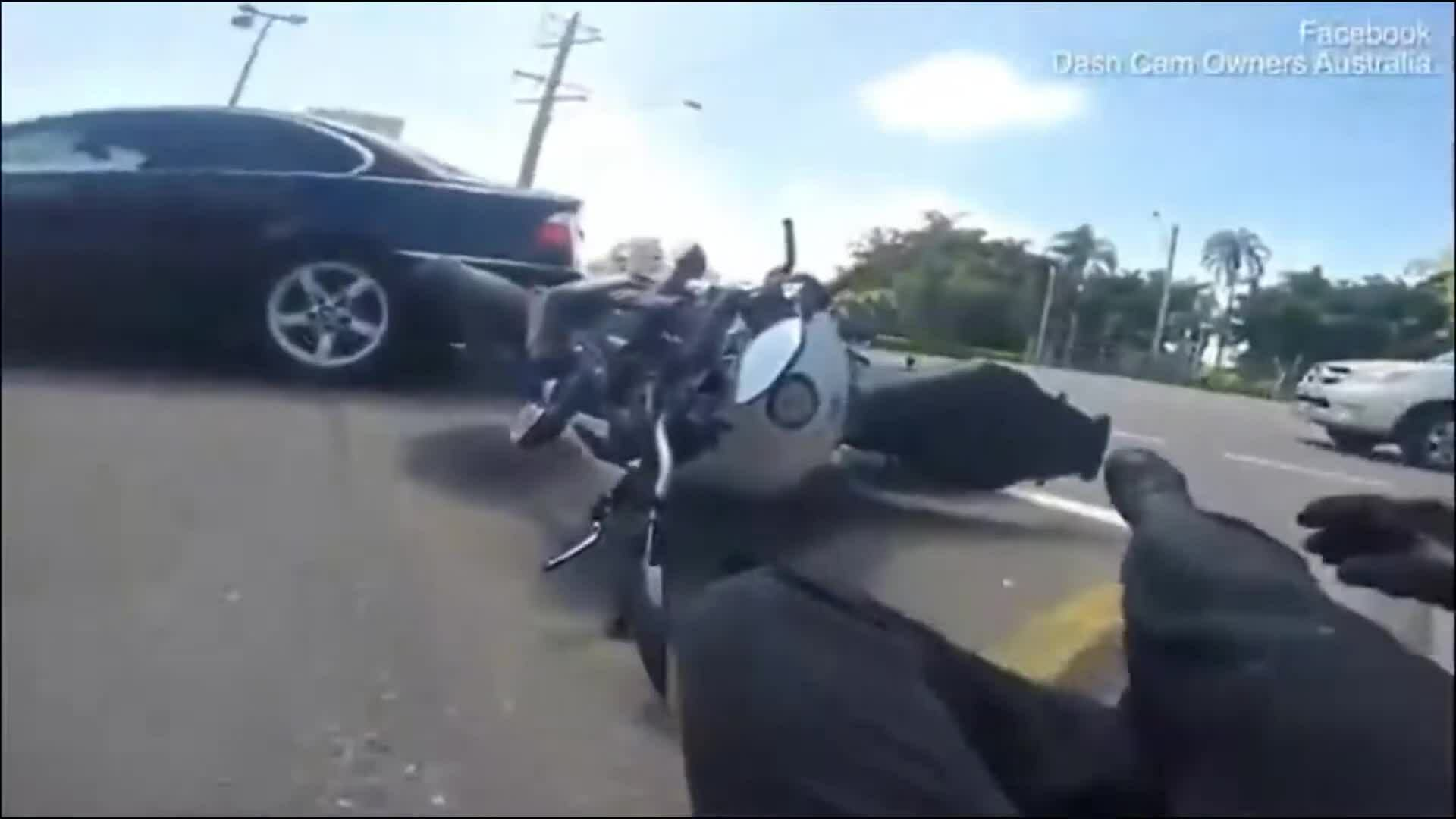 Người đi môtô ngã nhào vì ngắm gái xinh