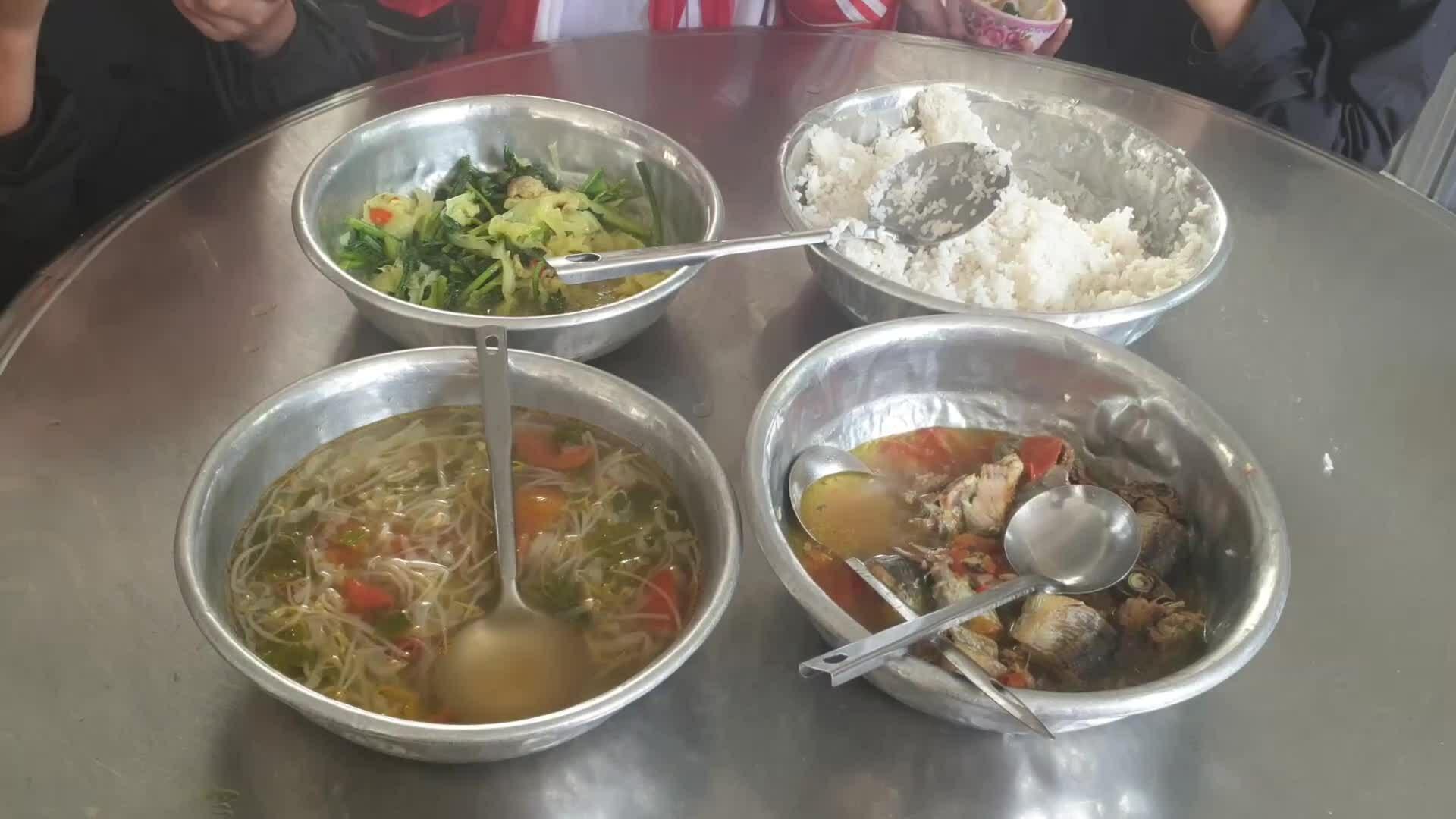 Bữa cơm bán trú giữa trái nhà tôn