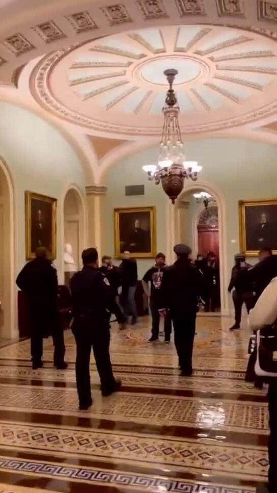 Cảnh sát được ca ngợi vì ngăn cản đám đông ở Đồi Capitol