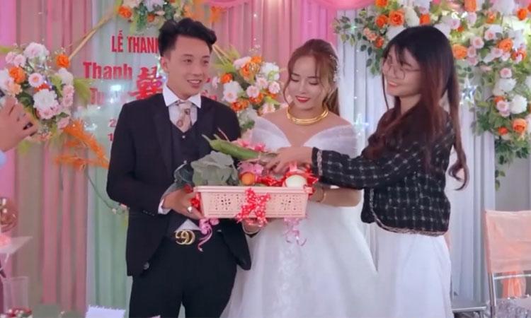 Cô dâu chú rể mỏi tay nhận quà rau củ