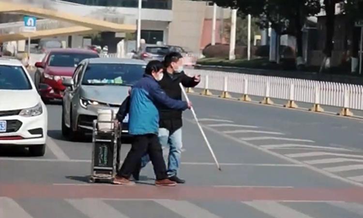 Tài xế dừng xe giúp người khiếm thị sang đường