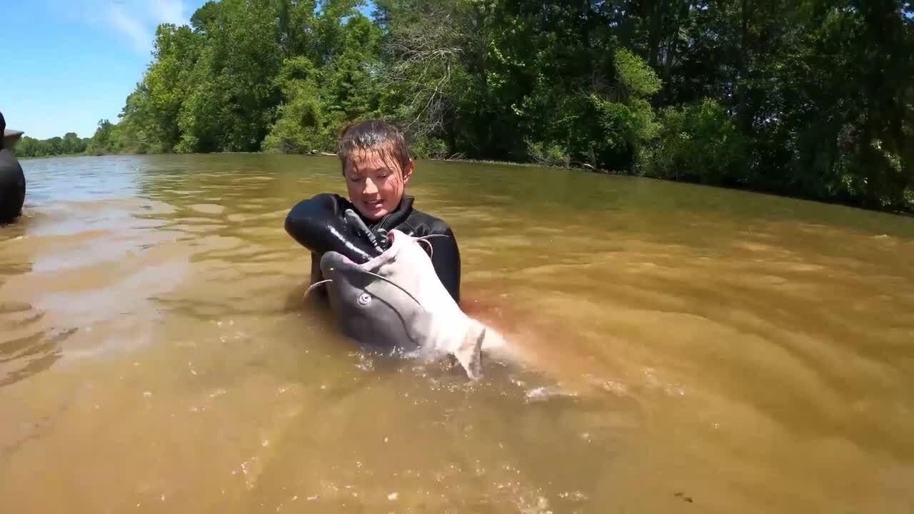 Cô gái ngụp xuống hồ bắt được cá khủng
