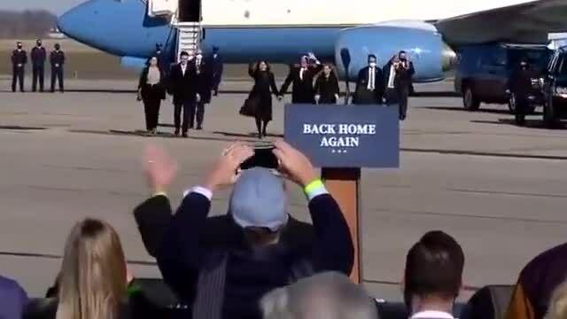 Pence cảm ơn Trump sau khi về quê nhà