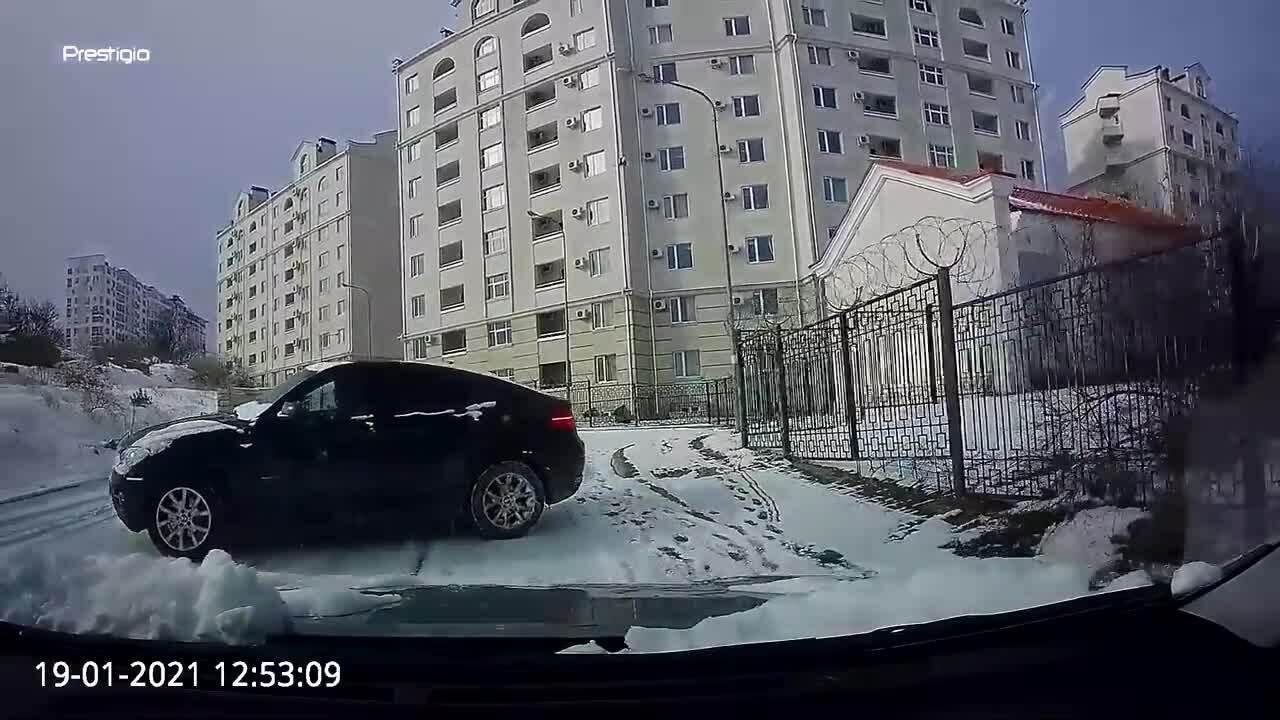 Đường trơn tài xế điều khiển BMW X6 mất lái