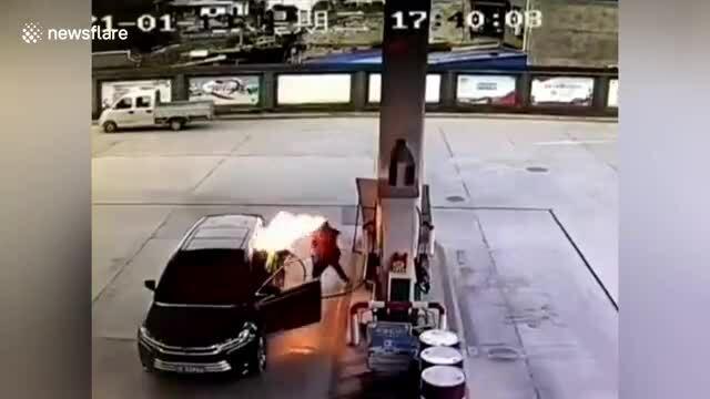 Ôtô bốc cháy khi đang đổ xăng