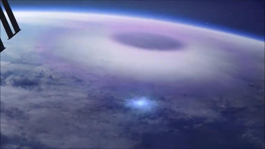 Sét dị hình xanh nhìn từ độ cao 400 km