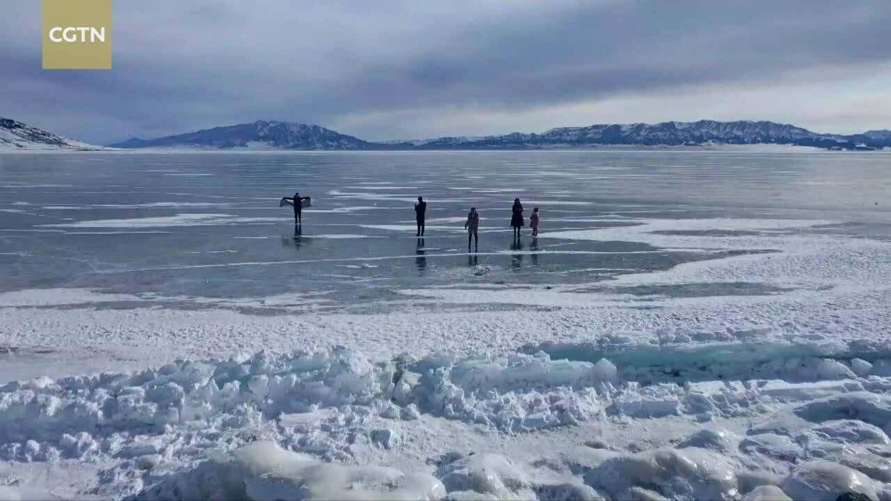 Bong bóng băng phủ kín mặt hồ Trung Quốc