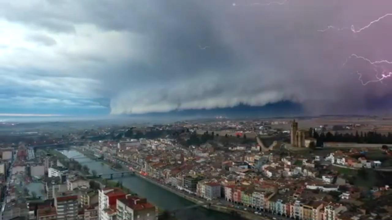 Mây thềm như đổ ập xuống thành phố