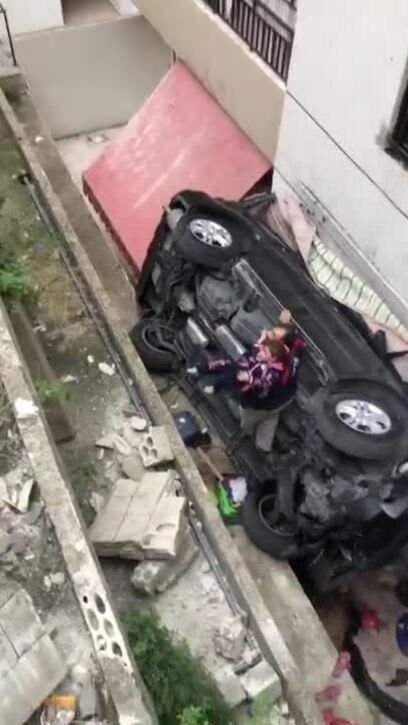 Nữ tài xế lái ôtô lao xuống từ sân thượng tòa nhà