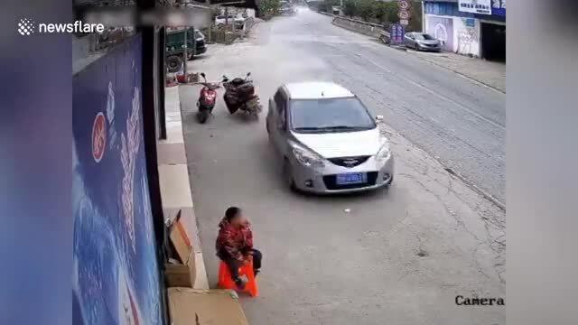 Ôtô lao như bay sượt qua bé trai ngồi bên đường