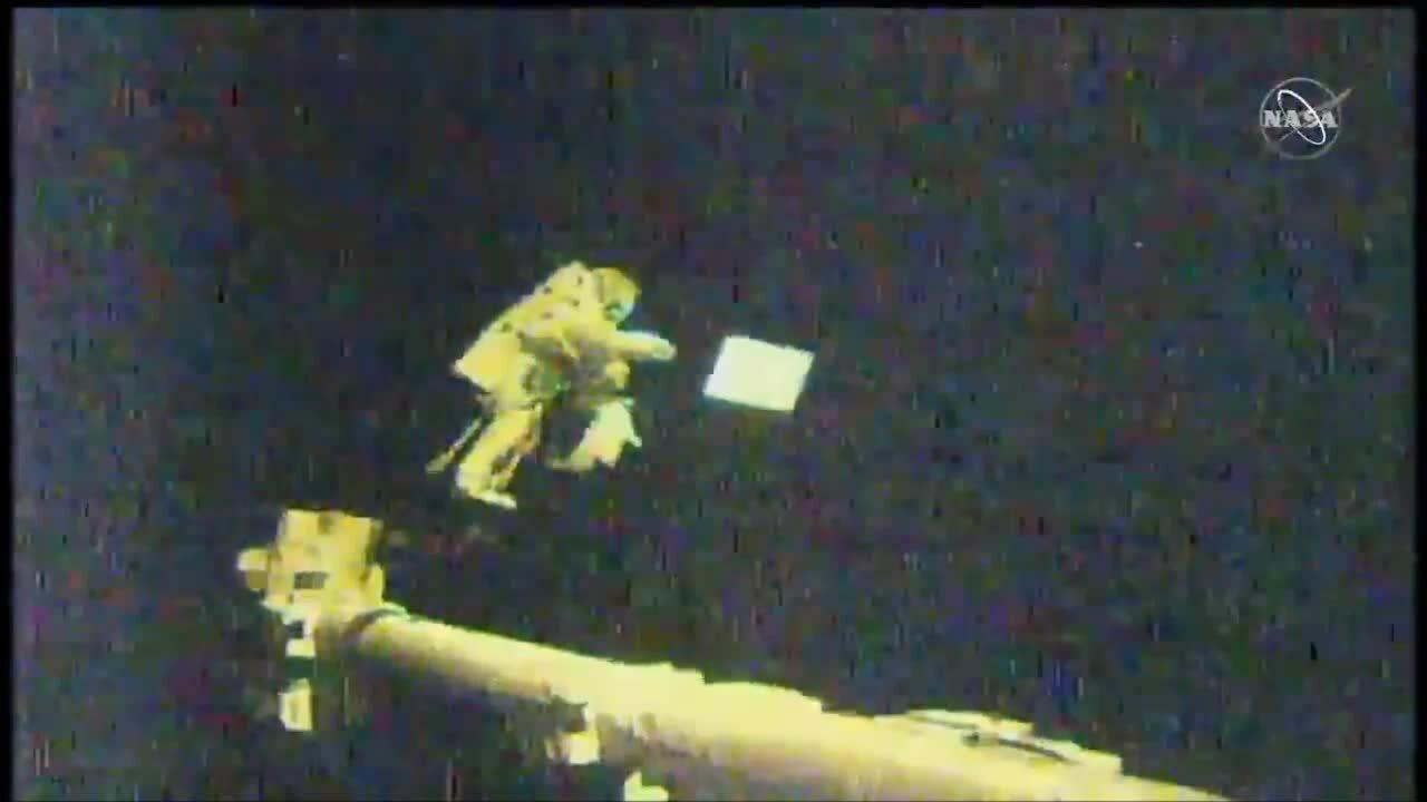 Phi hành gia đi bộ ngoài không gian ở độ cao 400 km