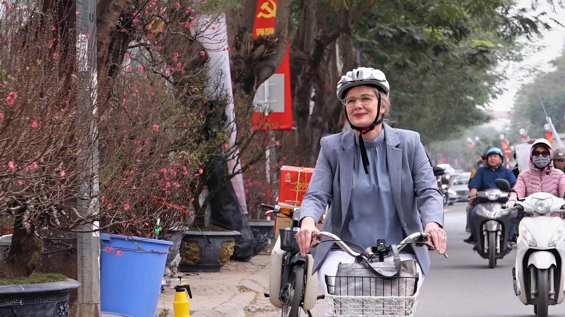 Đại sứ Thụy Điển nhặt rác, đạp xe trên phố Hà Nội