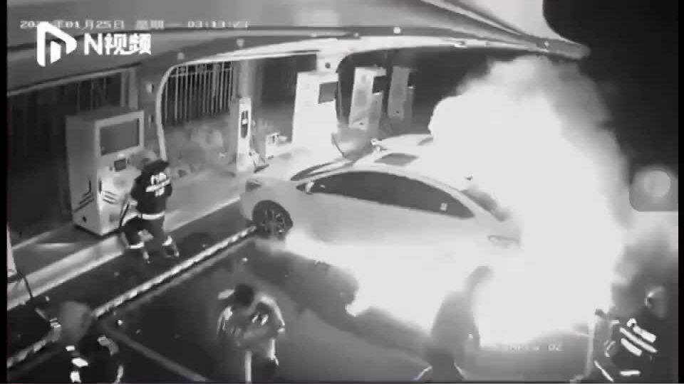 Tài xế thoát chết từ ôtô điện bốc cháy
