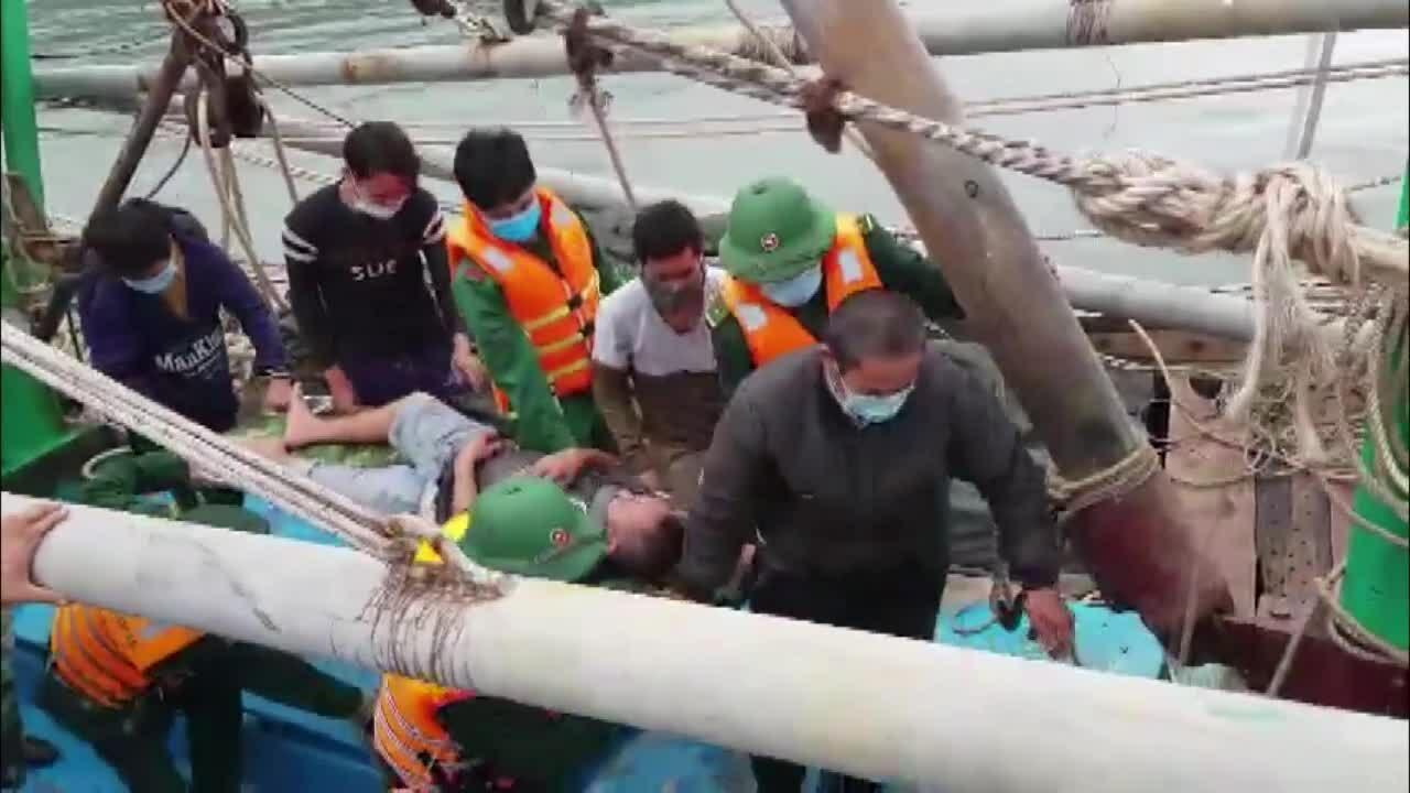 8 ngư dân nhảy xuống biển khi tàu bốc cháy