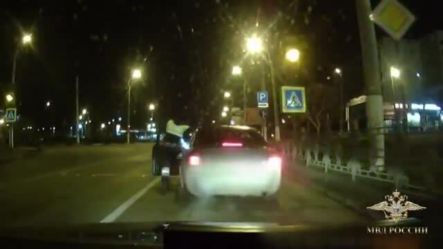 Cảnh sát đu người nhảy vào ôtô vì tài xế bỏ chạy
