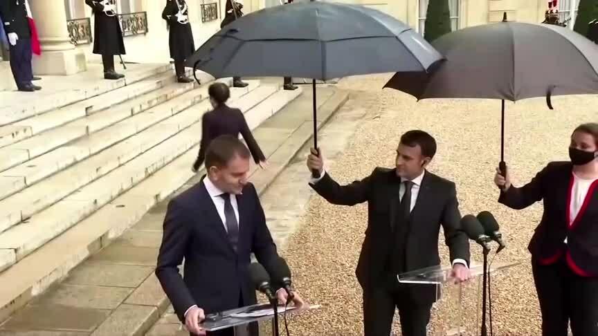 Tổng thống Pháp từ chối để phụ tá cầm hộ ô