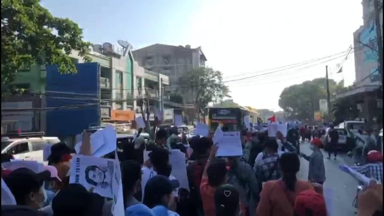 Cảnh sát Myanmar lại phun vòi rồng vào người biểu tình
