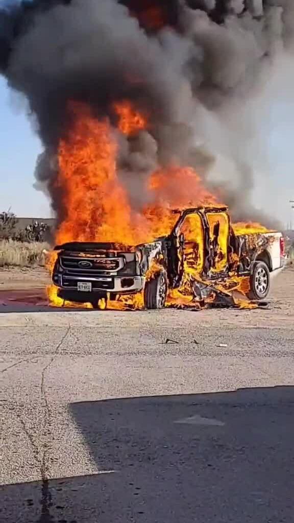 Xe bán tải đời mới cháy trụi bên đường