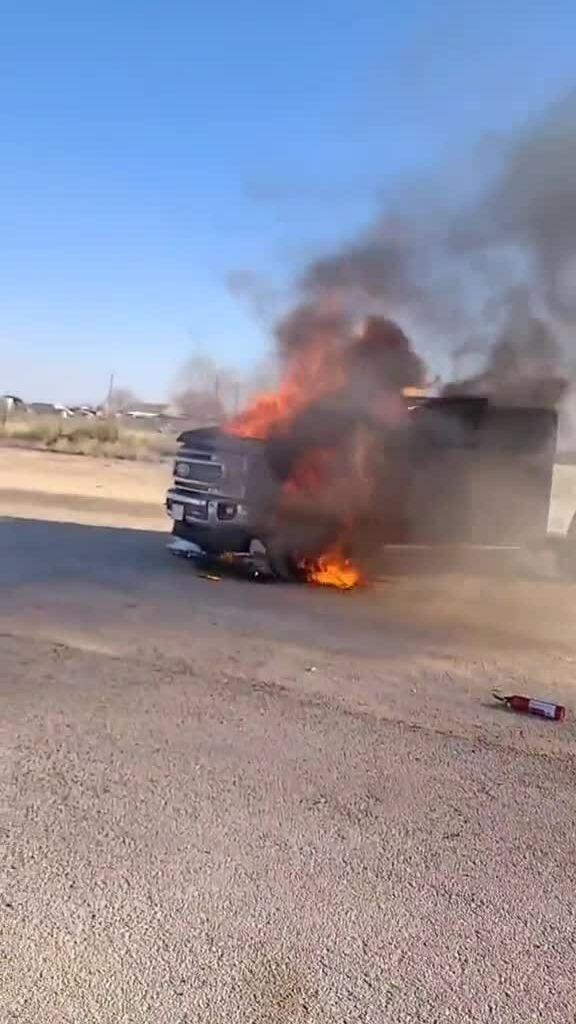 Xe bán tải mới cháy trụi bên đường