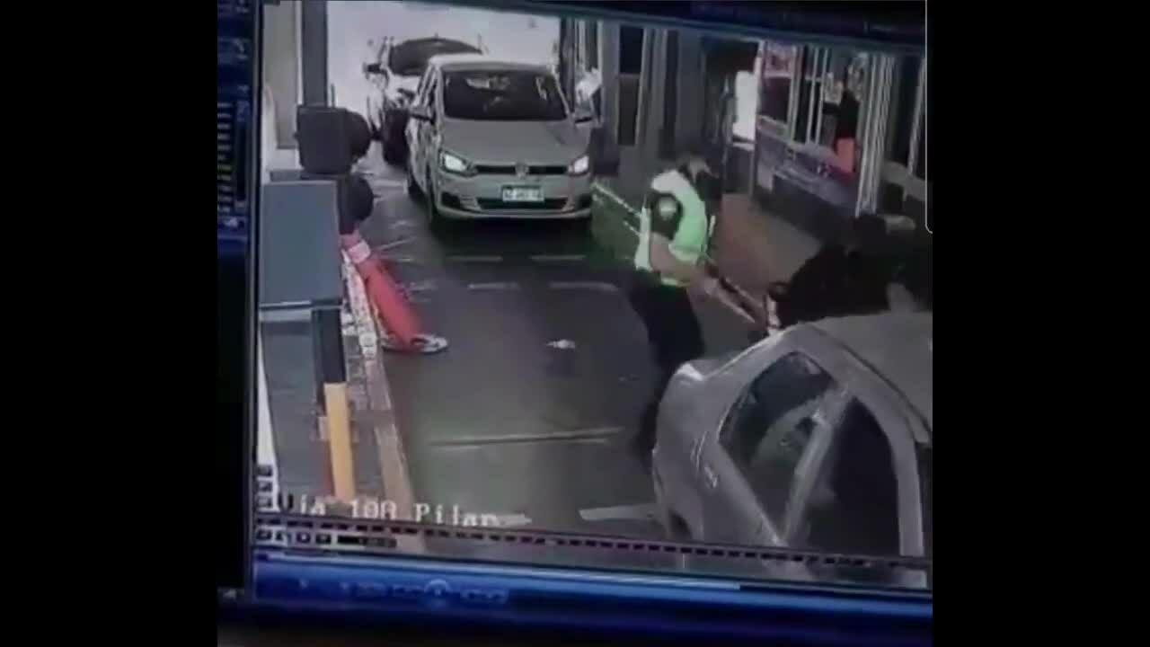 Người đi xe máy trốn vé bị đánh tới tấp