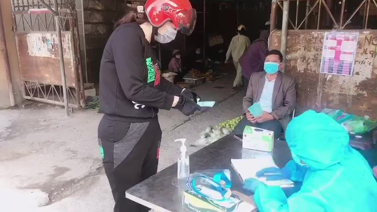 Người dân TP Chí Linh đi chợ bằng phiếu
