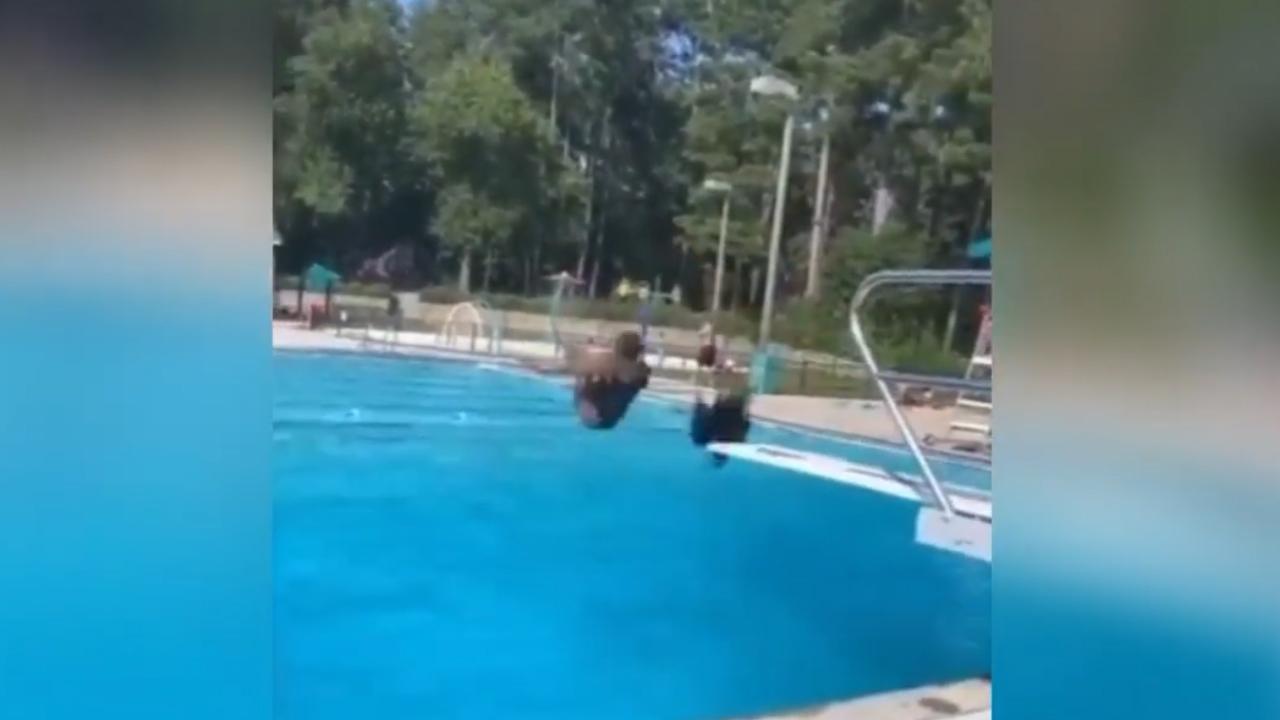 Cô gái rơi tóc giả khi đi bơi