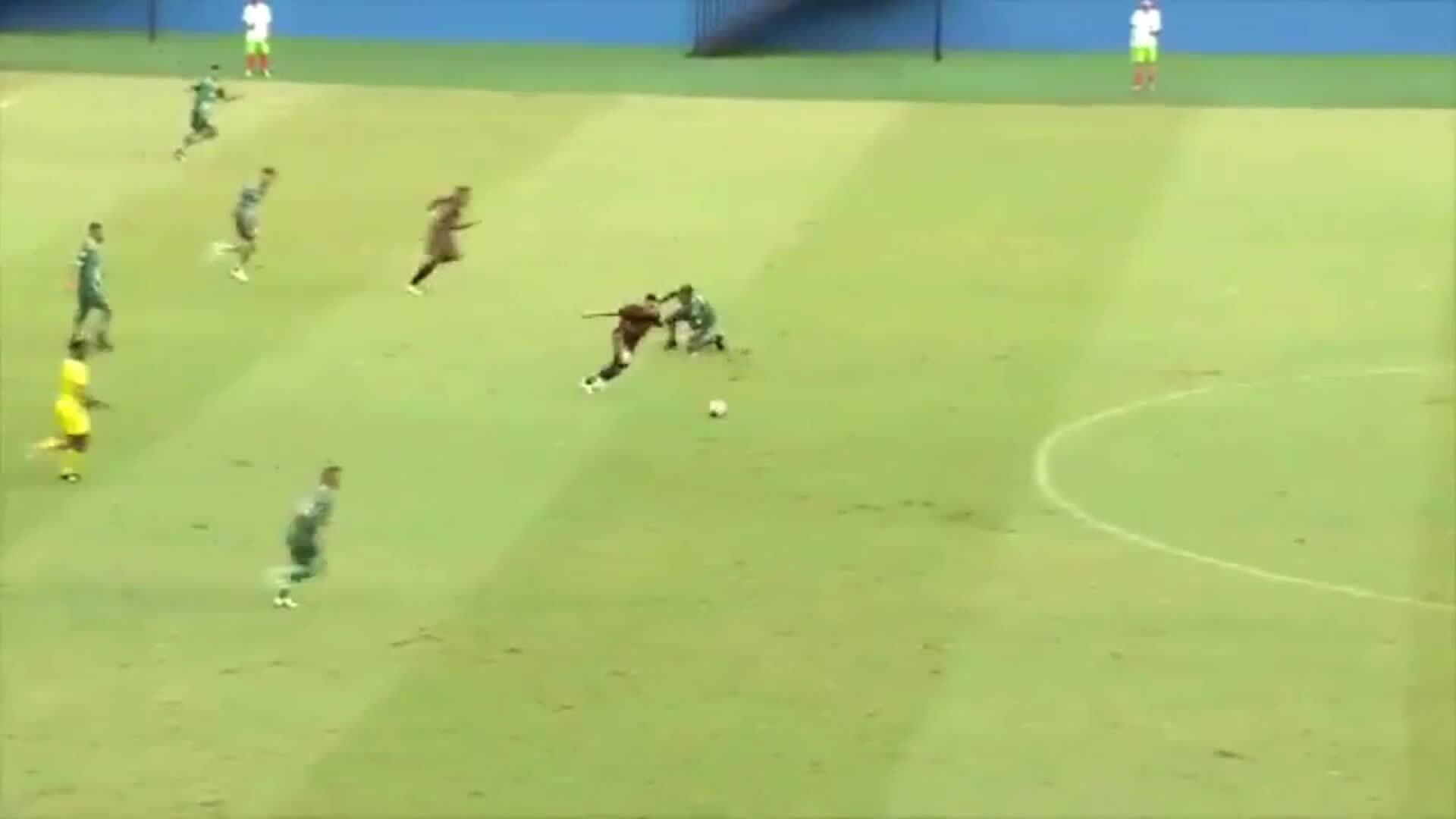 Cầu thủ ghi bàn từ khoảng cách 70 mét