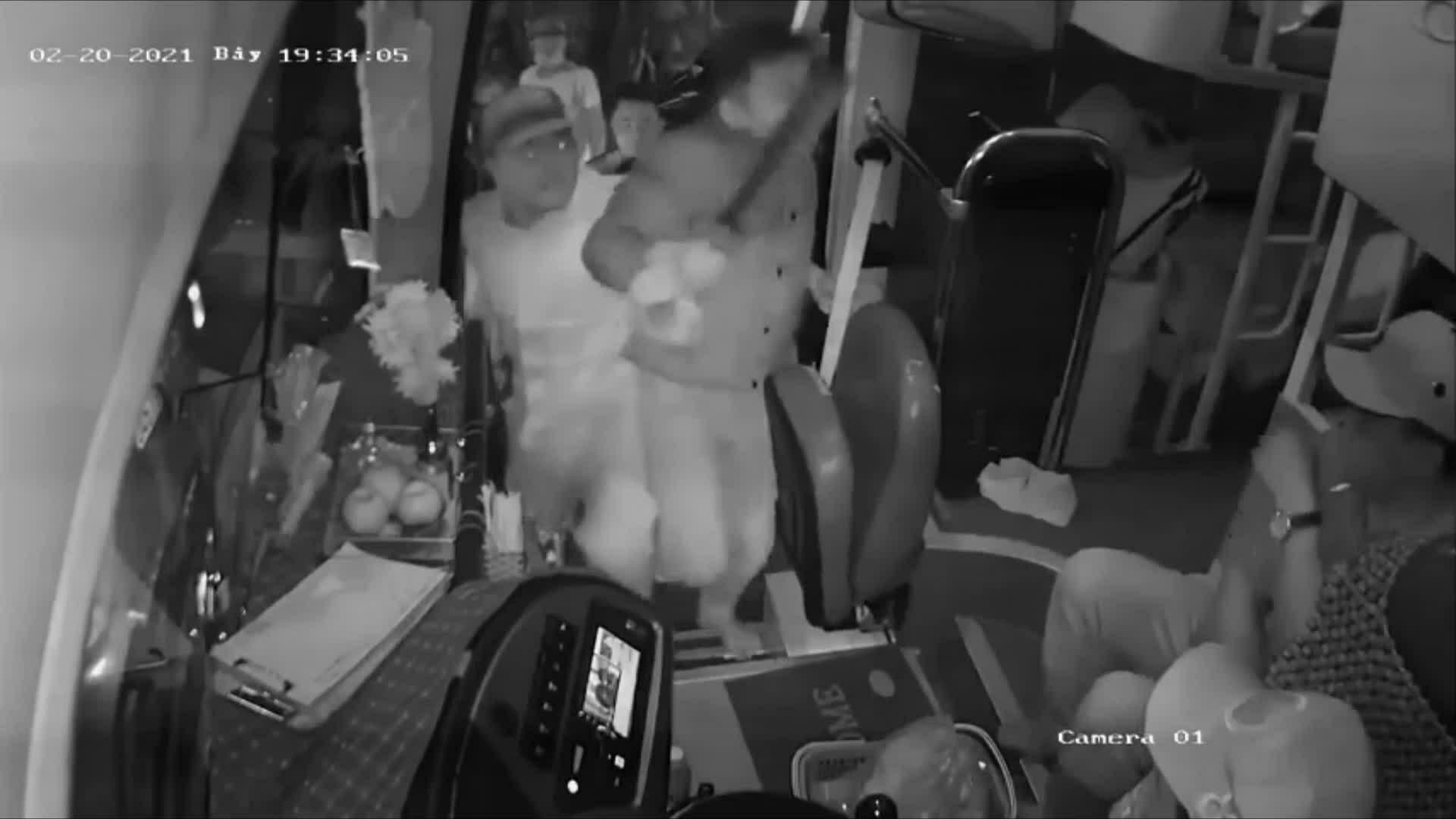 Giành khách, nhà xe dùng dao đánh người