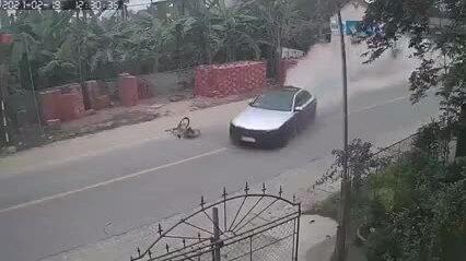 Ôtô đâm bay cậu bé đi xe đạp