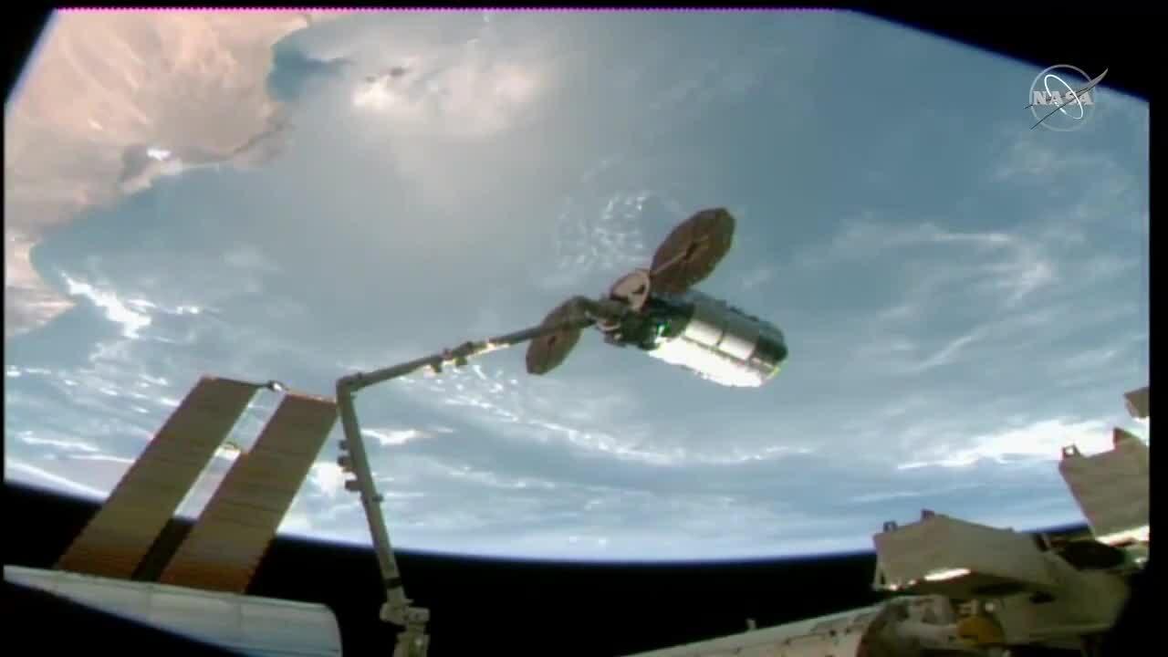 Khoảnh khắc tàu tiếp tế ghép nối với ISS