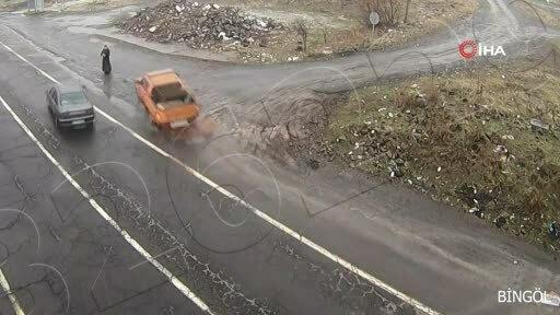 Người phụ nữ thoát nạn giữa hai ôtô tránh nhau