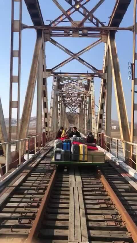 Nhà ngoại giao Nga đẩy xe rời Triều Tiên