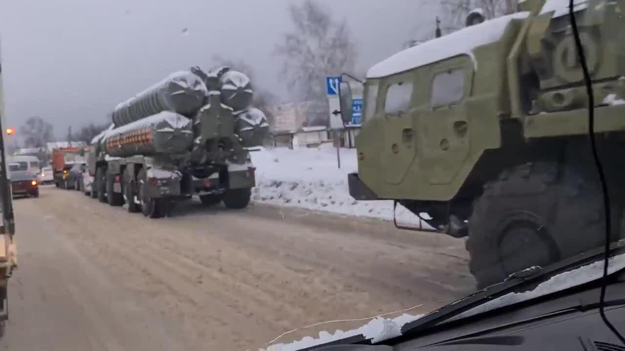 Xe tên lửa S-400 đâm dồn toa ô tô trên phố