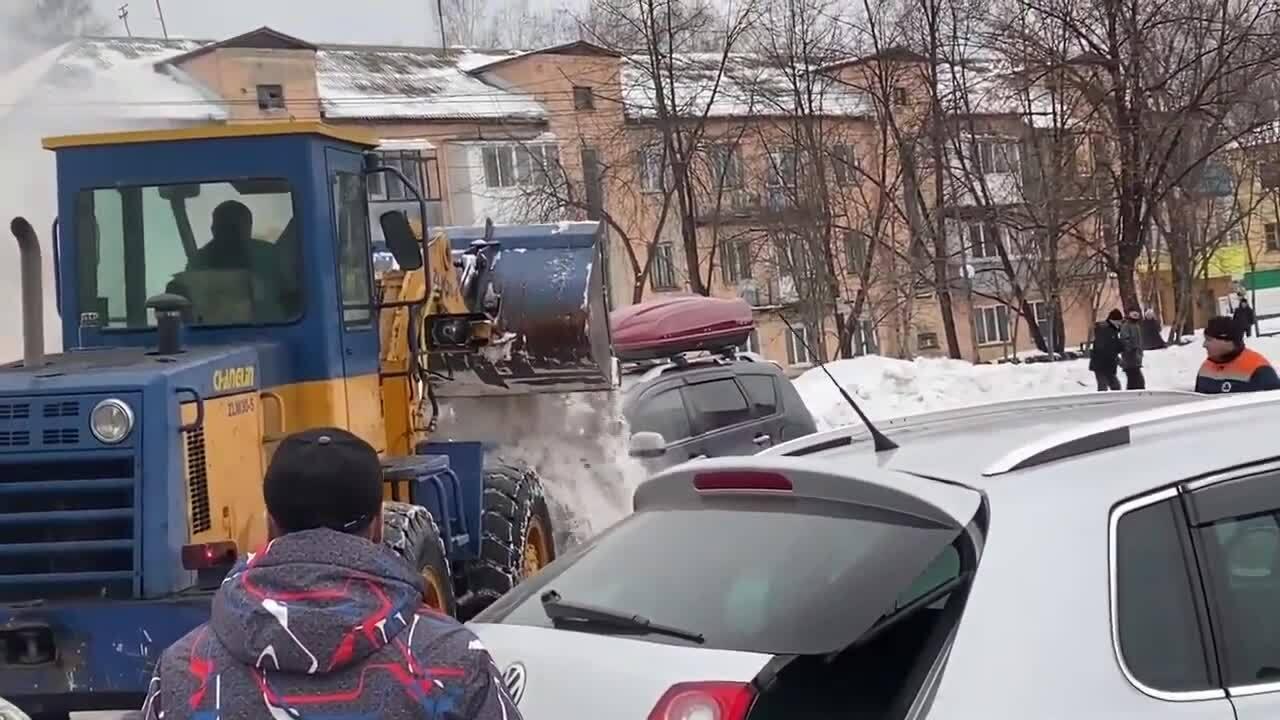 Xúc tuyết dập đám cháy ôtô