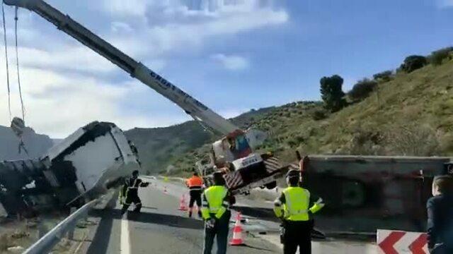 Cần cẩu đổ sụp khi đang cứu hộ xe đầu kéo