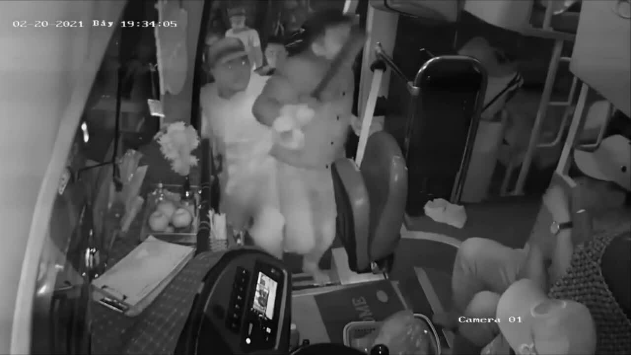 Xử phạt hành chính năm người cầm xông lên xe khách đánh tài xế