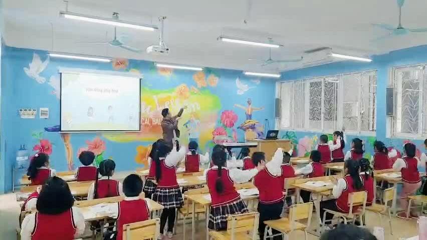 Thầy giáo âm nhạc trổ tài múa dẻo
