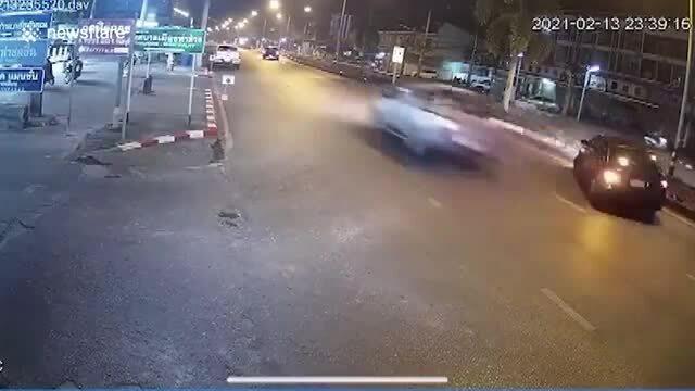 Nữ tài xế phản ứng kịp thời tránh xe mất lái