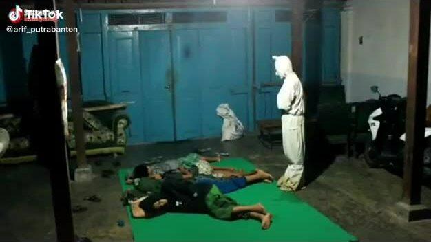 Bốn thanh niên co rúm vì sợ ma
