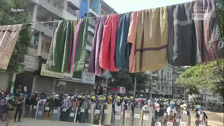 Dân Myanmar treo quần áo phụ nữ ngăn quân đội