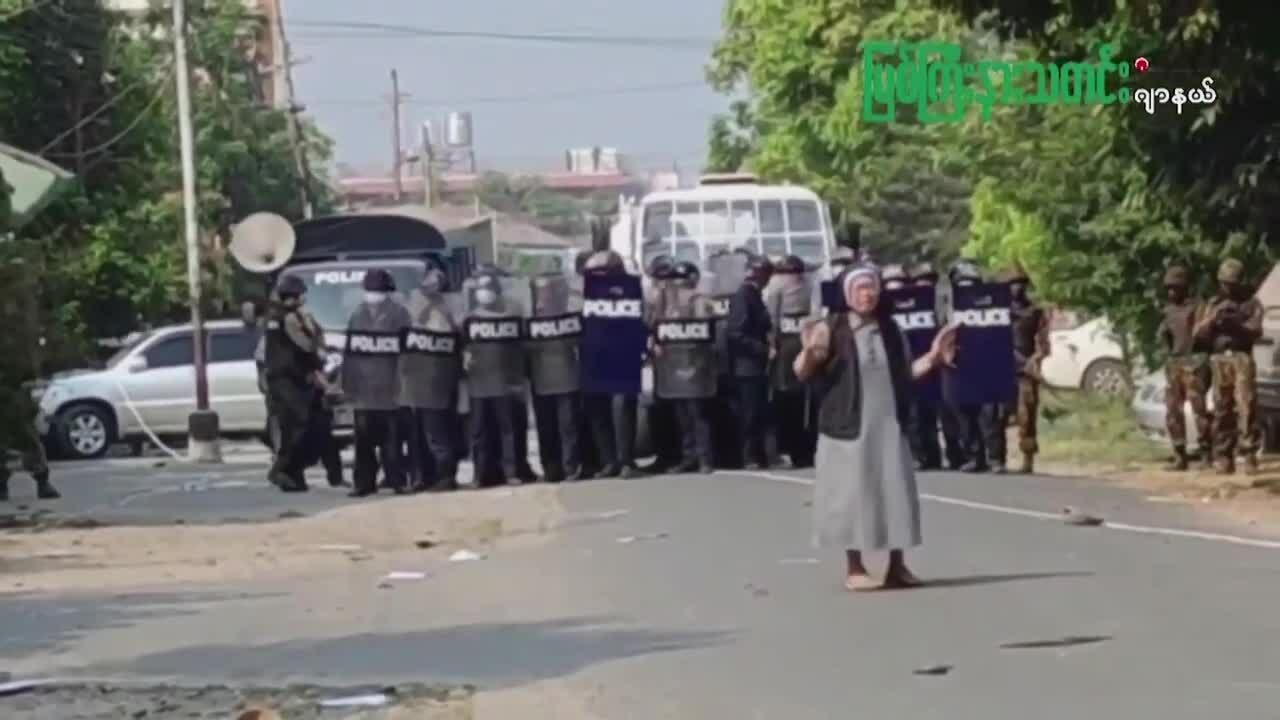 Nữ tu Myanmar quỳ xin cảnh sát không bắn người biểu tình
