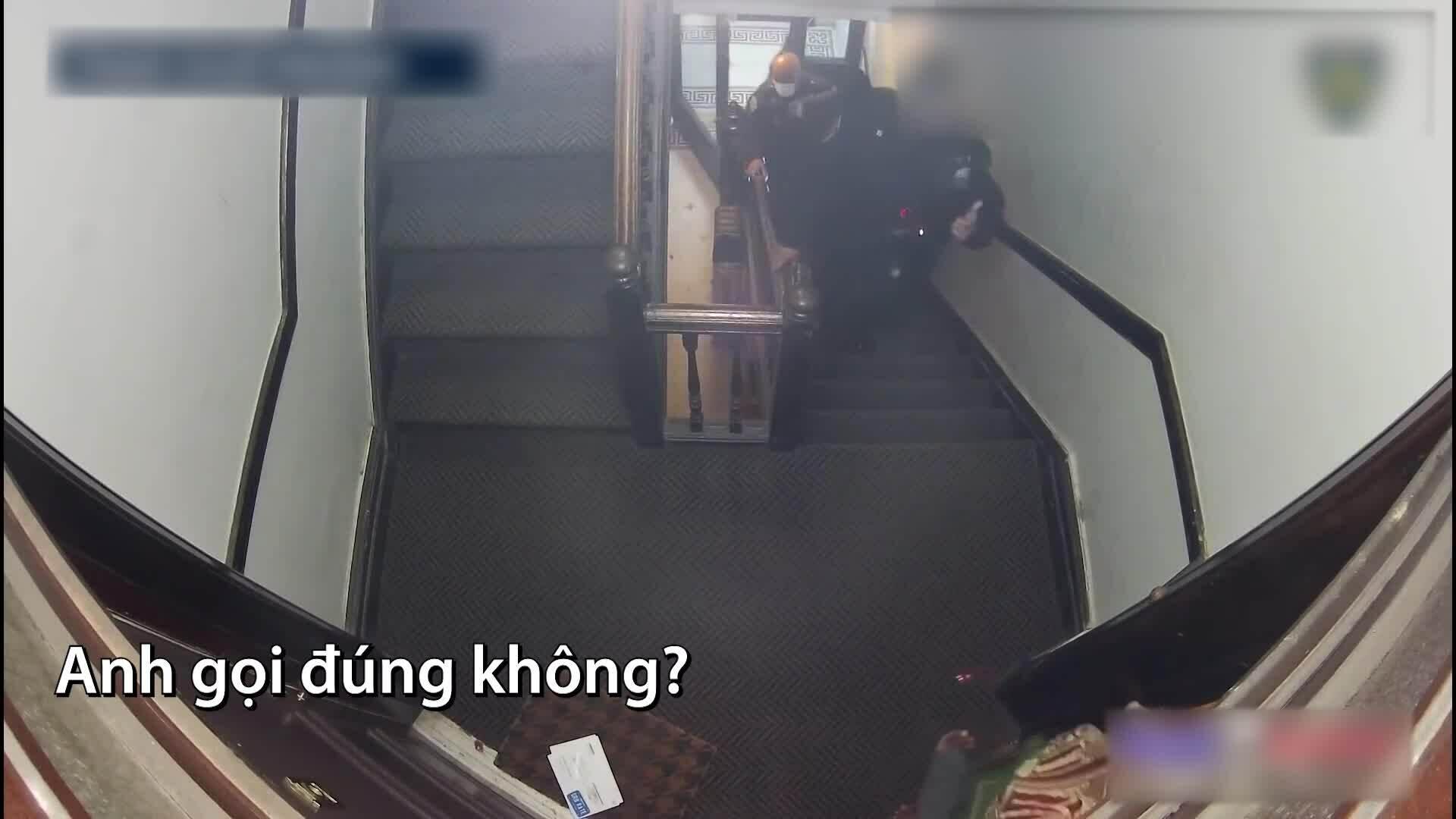 Cảnh sát Mỹ tránh đạn trên cầu thang hẹp