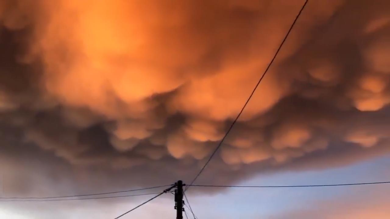 Mây vảy rồng màu cam trên bầu trời hoàng hôn