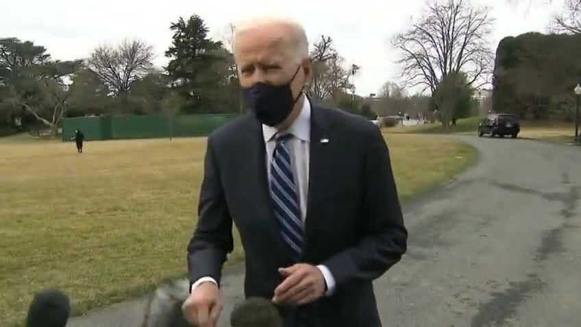 Tranh cãi micro 'ma' trong phỏng vấn Biden'