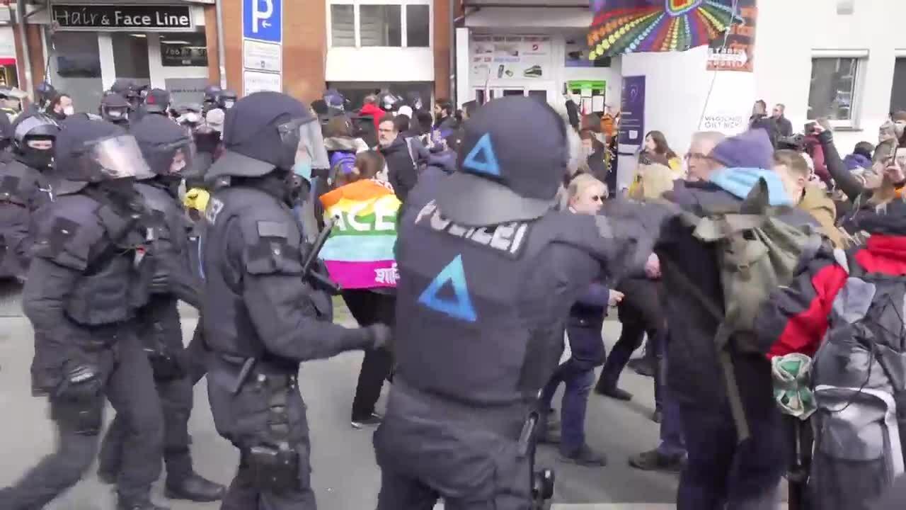 Cảnh sát Đức đụng độ người biểu tình chống phong tỏa