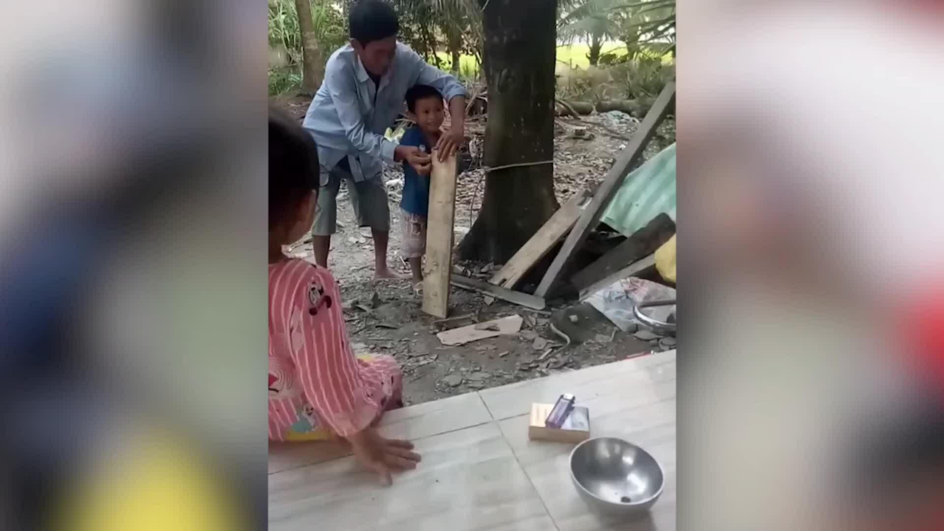 Máy cưa gỗ 'chạy bằng cơm' của hai bố con