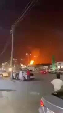 Phiến quân Yemen bắn cháy cơ sở dầu Arab Saudi