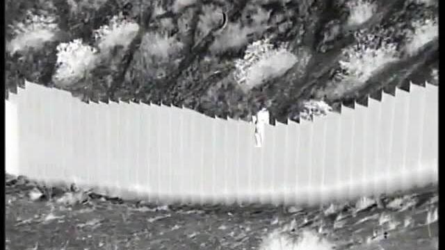 Nhóm buôn người thả trẻ em từ hàng rào biên giới